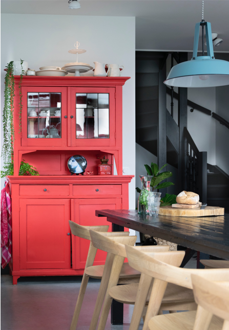 Houseofstyling.nl rode kast blauwe lamp kleuraccent