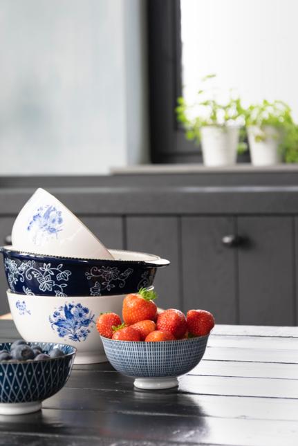 Houseofstyling.nl zwarte keuken delfts blauwe schaaltjes aardbei