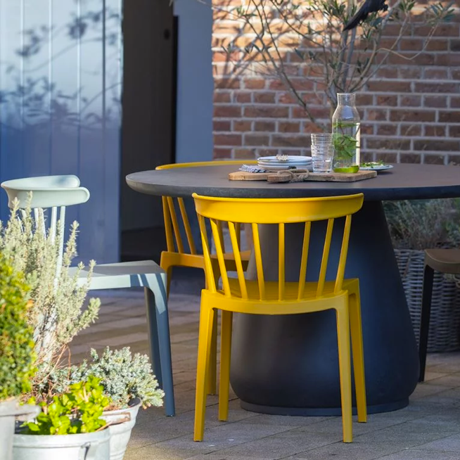 interieur styling tuin gele stoel